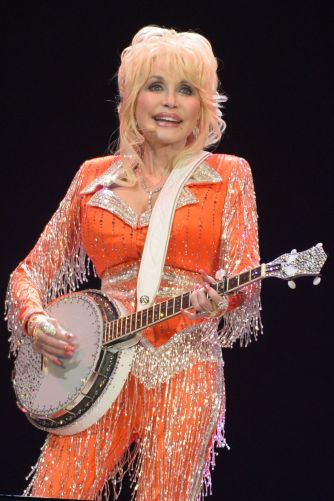 hbz-dolly-parton-2014-gettyimages-494226821